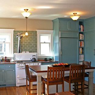 Große Landhaus Wohnküche in L-Form mit Unterbauwaschbecken, Schrankfronten mit vertiefter Füllung, blauen Schränken, Kupfer-Arbeitsplatte, Küchenrückwand in Blau, Rückwand aus Glasfliesen, weißen Elektrogeräten, braunem Holzboden und Kücheninsel in San Francisco