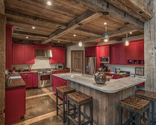 cuisine montagne avec des portes de placard rouges photos et id es d co de cuisines. Black Bedroom Furniture Sets. Home Design Ideas