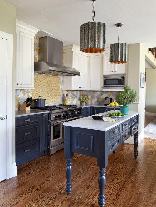 cuisine avec une cr dence multicolore et un placard avec porte panneau encastr photos et. Black Bedroom Furniture Sets. Home Design Ideas
