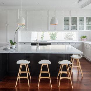 パースのトランジショナルスタイルのおしゃれなキッチン (エプロンフロントシンク、シェーカースタイル扉のキャビネット、白いキャビネット、ガラスまたは窓のキッチンパネル、無垢フローリング、茶色い床) の写真