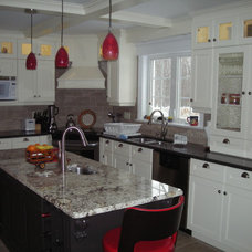 Traditional Kitchen by Cataraqui Cabinets Ltd.