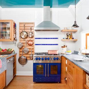 Свежая идея для дизайна: кухня в стиле современная классика с раковиной в стиле кантри, фасадами цвета дерева среднего тона, столешницей из бетона, разноцветным фартуком, цветной техникой, паркетным полом среднего тона и оранжевым полом без острова - отличное фото интерьера