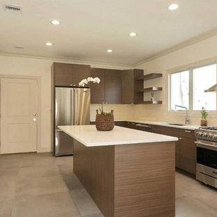 Exempel på ett avskilt, mellanstort modernt vit vitt l-kök, med en undermonterad diskho, släta luckor, bruna skåp, bänkskiva i kvartsit, vitt stänkskydd, stänkskydd i tunnelbanekakel, rostfria vitvaror, en köksö, grått golv och betonggolv