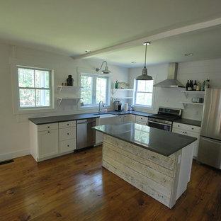Inspiration för små rustika kök, med en rustik diskho, vita skåp, bänkskiva i kvarts, vitt stänkskydd, rostfria vitvaror, mellanmörkt trägolv och en köksö