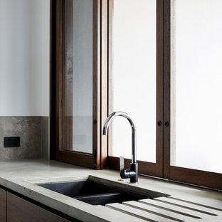 ゴールドコーストのインダストリアルスタイルのおしゃれなアイランドキッチン (中間色木目調キャビネット、コンクリートカウンター、ガラスまたは窓のキッチンパネル) の写真