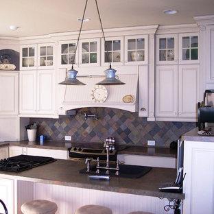 Geschlossene, Mittelgroße Landhausstil Küche in L-Form mit Einbauwaschbecken, profilierten Schrankfronten, weißen Schränken, Granit-Arbeitsplatte, bunter Rückwand, Rückwand aus Schiefer, Küchengeräten aus Edelstahl und Kücheninsel in Nashville