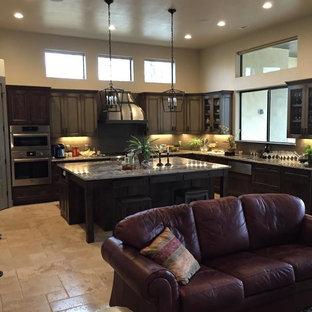 オースティンの中サイズのラスティックスタイルのおしゃれなキッチン (アンダーカウンターシンク、シェーカースタイル扉のキャビネット、濃色木目調キャビネット、御影石カウンター、ベージュキッチンパネル、セラミックタイルのキッチンパネル、シルバーの調理設備の、セラミックタイルの床) の写真