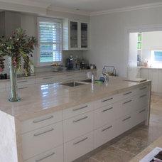 Modern Kitchen by Sareen Stone