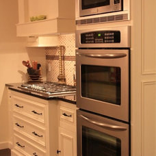Traditional Kitchen by Fine Grain Woodworking Inc.