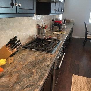 Inspiration för ett mellanstort vintage beige beige kök, med en rustik diskho, skåp i shakerstil, bruna skåp, bänkskiva i kvarts, beige stänkskydd, stänkskydd i porslinskakel, rostfria vitvaror, målat trägolv, en köksö och brunt golv