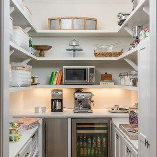 Klassische Küche ohne Insel in U-Form mit Schrankfronten im Shaker-Stil, weißen Schränken, braunem Holzboden und braunem Boden in Nashville