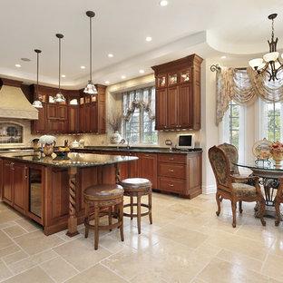 Große Klassische Wohnküche in L-Form mit profilierten Schrankfronten, dunklen Holzschränken, Küchenrückwand in Beige, Kücheninsel, Marmor-Arbeitsplatte, Keramikboden, Doppelwaschbecken, Rückwand aus Porzellanfliesen, Küchengeräten aus Edelstahl und beigem Boden in Los Angeles