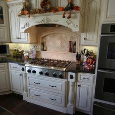 Traditional Kitchen by Toni Mendez, CID, CKD, CBD