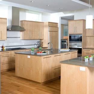 ボイシの大きいモダンスタイルのおしゃれなキッチン (ドロップインシンク、フラットパネル扉のキャビネット、淡色木目調キャビネット、クオーツストーンカウンター、白いキッチンパネル、サブウェイタイルのキッチンパネル、シルバーの調理設備の、無垢フローリング、茶色い床) の写真