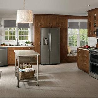 Inspiration för mellanstora klassiska l-kök, med en undermonterad diskho, skåp i shakerstil, skåp i mörkt trä, bänkskiva i kalksten, vitt stänkskydd, stänkskydd i keramik, rostfria vitvaror, klinkergolv i keramik och en köksö