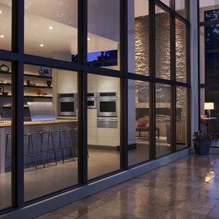 Offene, Große Moderne Küche mit flächenbündigen Schrankfronten, Arbeitsplatte aus Terrazzo, Küchengeräten aus Edelstahl, Betonboden und Kücheninsel in Bridgeport