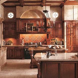 Idéer för ett mellanstort medelhavsstil u-kök, med en undermonterad diskho, luckor med upphöjd panel, skåp i mellenmörkt trä, granitbänkskiva, beige stänkskydd, stänkskydd i terrakottakakel, en köksö och beiget golv