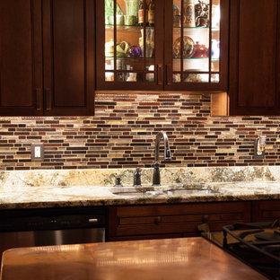 Mittelgroße Klassische Küche mit Doppelwaschbecken, Schrankfronten mit vertiefter Füllung, dunklen Holzschränken, Kupfer-Arbeitsplatte, bunter Rückwand, Rückwand aus Glasfliesen, Küchengeräten aus Edelstahl und Kücheninsel in St. Louis