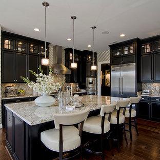 На фото: кухни в классическом стиле с техникой из нержавеющей стали, черными фасадами и белым фартуком