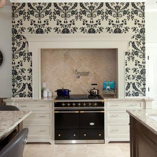 Immagine di una cucina classica con paraspruzzi beige, pavimento in travertino, elettrodomestici neri, ante bianche e paraspruzzi in travertino