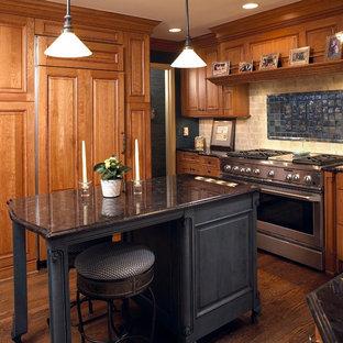Esempio di una piccola cucina classica chiusa con ante con bugna sagomata, isola, ante in legno scuro, paraspruzzi beige, elettrodomestici da incasso e pavimento in legno massello medio
