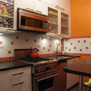 Geschlossene, Zweizeilige, Kleine Eklektische Küche ohne Insel mit flächenbündigen Schrankfronten, weißen Schränken, Küchenrückwand in Orange, Rückwand aus Keramikfliesen und Küchengeräten aus Edelstahl in New York