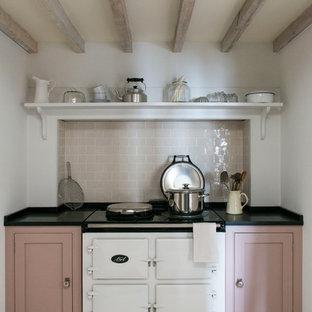 На фото: кухня в стиле кантри с фасадами в стиле шейкер, белой техникой и деревянным полом без острова с