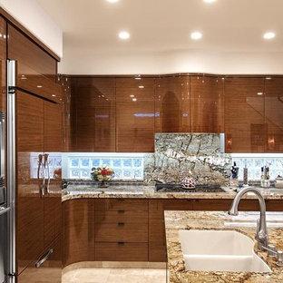 オレンジカウンティの大きいエクレクティックスタイルのおしゃれなキッチン (アンダーカウンターシンク、フラットパネル扉のキャビネット、中間色木目調キャビネット、御影石カウンター、マルチカラーのキッチンパネル、石スラブのキッチンパネル、シルバーの調理設備の、ライムストーンの床) の写真