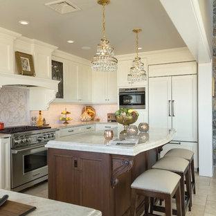 ニューヨークの広いトラディショナルスタイルのおしゃれなキッチン (落し込みパネル扉のキャビネット、白いキャビネット、珪岩カウンター、白いキッチンパネル、トラバーチンの床、ベージュの床、白いキッチンカウンター、パネルと同色の調理設備) の写真