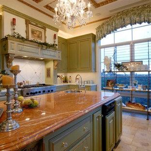 ロサンゼルスの大きいシャビーシック調のおしゃれなキッチン (ダブルシンク、レイズドパネル扉のキャビネット、淡色木目調キャビネット、大理石カウンター、シルバーの調理設備の、セラミックタイルの床) の写真