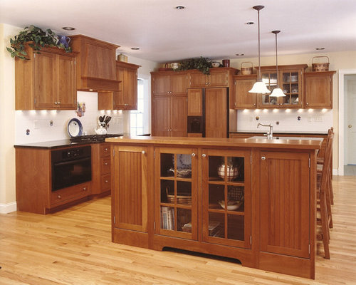 Traditional kitchen pantry design ideas remodels photos for Traditional kitchen appliances