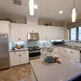 サンディエゴの中サイズのエクレクティックスタイルのおしゃれなキッチン (ダブルシンク、フラットパネル扉のキャビネット、濃色木目調キャビネット、ソープストーンカウンター、マルチカラーのキッチンパネル、ボーダータイルのキッチンパネル、シルバーの調理設備、セラミックタイルの床、アイランドなし) の写真