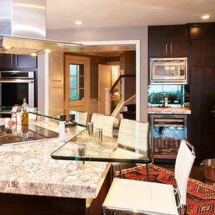 Moderne Küche mit Glas-Arbeitsplatte in Philadelphia