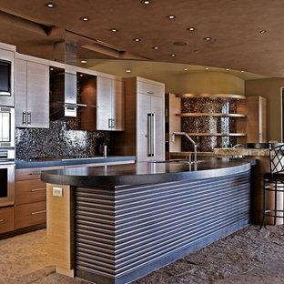 Ejemplo de cocina comedor en L, contemporánea, grande, con fregadero bajoencimera, armarios con paneles lisos, puertas de armario de madera oscura, encimera de cemento, salpicadero metalizado, salpicadero con mosaicos de azulejos, electrodomésticos con paneles, suelo de terrazo, una isla y suelo marrón