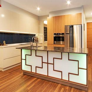 サンシャインコーストのアジアンスタイルのおしゃれなキッチン (人工大理石カウンター、ガラス板のキッチンパネル、シルバーの調理設備の、クッションフロア、淡色木目調キャビネット、シングルシンク) の写真