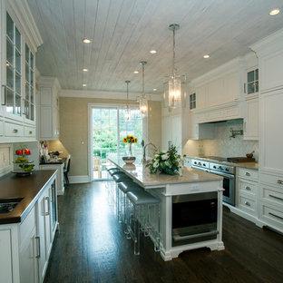 Zweizeilige, Große Klassische Wohnküche mit Landhausspüle, Kassettenfronten, weißen Schränken, Kalkstein-Arbeitsplatte, bunter Rückwand, Rückwand aus Stäbchenfliesen, Küchengeräten aus Edelstahl, dunklem Holzboden und Kücheninsel in Philadelphia