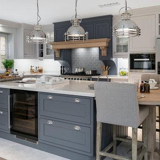 Inspiration för ett mellanstort vintage l-kök, med grå skåp, bänkskiva i koppar, rostfria vitvaror, klinkergolv i keramik, en köksö, beiget golv, skåp i shakerstil, grått stänkskydd och stänkskydd i tunnelbanekakel