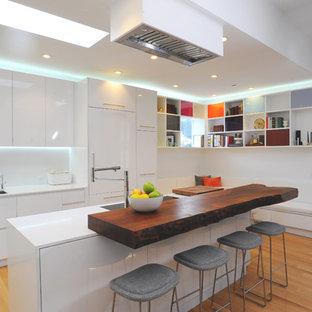 Esempio di una cucina design con lavello a doppia vasca, ante lisce, ante bianche, top in legno e elettrodomestici da incasso