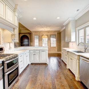 他の地域のシャビーシック調のおしゃれな独立型キッチン (白いキャビネット、大理石カウンター、白いキッチンパネル、石タイルのキッチンパネル、シルバーの調理設備の、アイランドなし) の写真