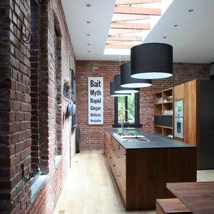 Offene, Zweizeilige Moderne Küche mit flächenbündigen Schrankfronten und hellbraunen Holzschränken in San Francisco
