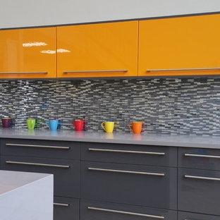 Inspiration för avskilda, mellanstora moderna u-kök, med en undermonterad diskho, släta luckor, orange skåp, bänkskiva i kvarts, grått stänkskydd, stänkskydd i glaskakel, klinkergolv i keramik och en halv köksö