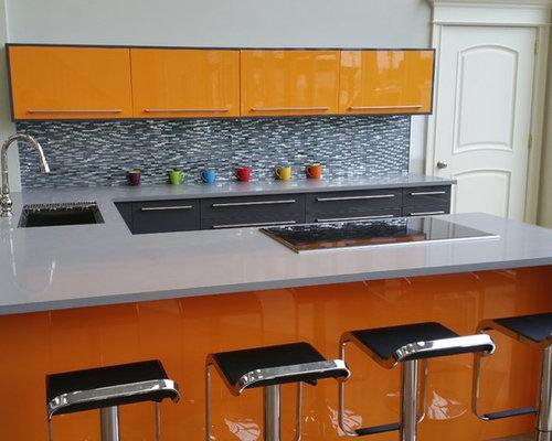Cuisine ferm e avec des portes de placard oranges photos for Amenagement cuisine fermee