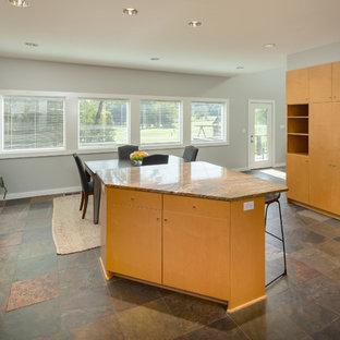 Idéer för att renovera ett stort funkis orange oranget kök, med en dubbel diskho, släta luckor, skåp i ljust trä, granitbänkskiva, stänkskydd med metallisk yta, stänkskydd i glaskakel, rostfria vitvaror, klinkergolv i keramik, en köksö och brunt golv