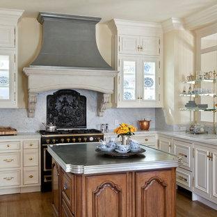 Mid Sized Elegant U Shaped Medium Tone Wood Floor Eat In Kitchen Photo