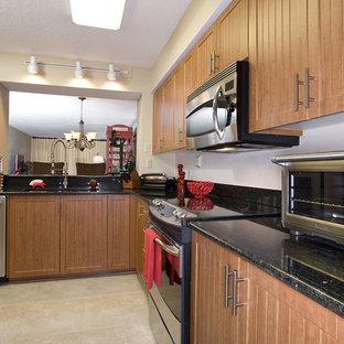 Einzeilige, Mittelgroße Rustikale Wohnküche mit Waschbecken, Lamellenschränken, hellen Holzschränken, Arbeitsplatte aus Recyclingglas, Küchenrückwand in Weiß, Küchengeräten aus Edelstahl, Kalkstein und beigem Boden in Tampa