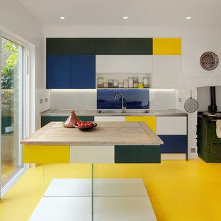 Inspiration för ett mellanstort funkis kök, med en dubbel diskho, släta luckor, bänkskiva i rostfritt stål, blått stänkskydd, glaspanel som stänkskydd, färgglada vitvaror, linoleumgolv, en köksö och gult golv