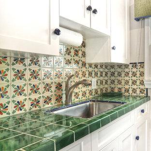 小さいエクレクティックスタイルのおしゃれなキッチン (アンダーカウンターシンク、タイルカウンター、マルチカラーのキッチンパネル、セラミックタイルのキッチンパネル、シルバーの調理設備の、緑のキッチンカウンター) の写真