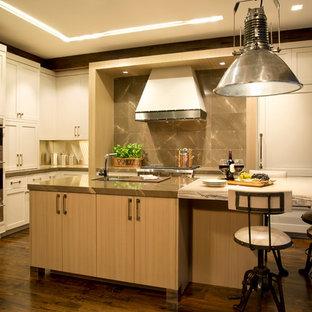 マイアミの中サイズのインダストリアルスタイルのおしゃれなキッチン (アンダーカウンターシンク、シェーカースタイル扉のキャビネット、ベージュのキャビネット、大理石カウンター、茶色いキッチンパネル、石スラブのキッチンパネル、シルバーの調理設備の、濃色無垢フローリング) の写真