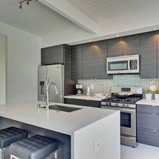 Modern Kitchen by House & Homes Palm Springs Home Staging