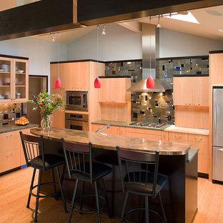Ispirazione per una cucina parallela minimal con ante lisce, elettrodomestici in acciaio inossidabile, ante in legno scuro, top in rame, paraspruzzi multicolore e paraspruzzi in ardesia